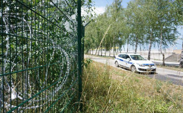 Ograja, žičnata in nato panelna, je bila postavljene zato, da bi policiji omogočala učinkovito varovanje zunanje schengenske meje v primeru ponovitve množičnih migracij in celovito izvajanje varovanja ljudi ter njihovega premoženja. FOTO: Leon Vidic