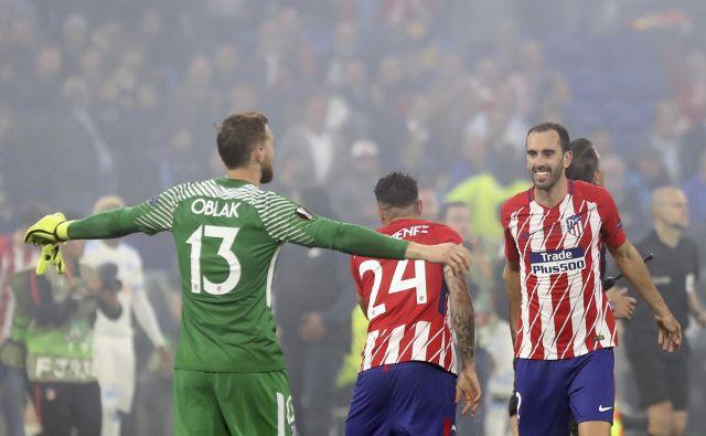 Takole sta se po veliki zmagi veselila vratar Jan Oblak in branilec Diego Godin.