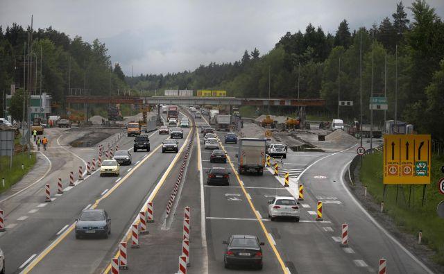 Cestninski postaji Torovo (na fotografiji) in Log naj bi dokončno odstranili do konca julija. FOTO: Blaž Samec/Delo