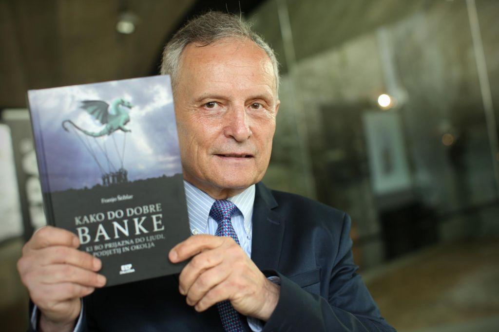Štiblar s knjigo Kako do dobre banke