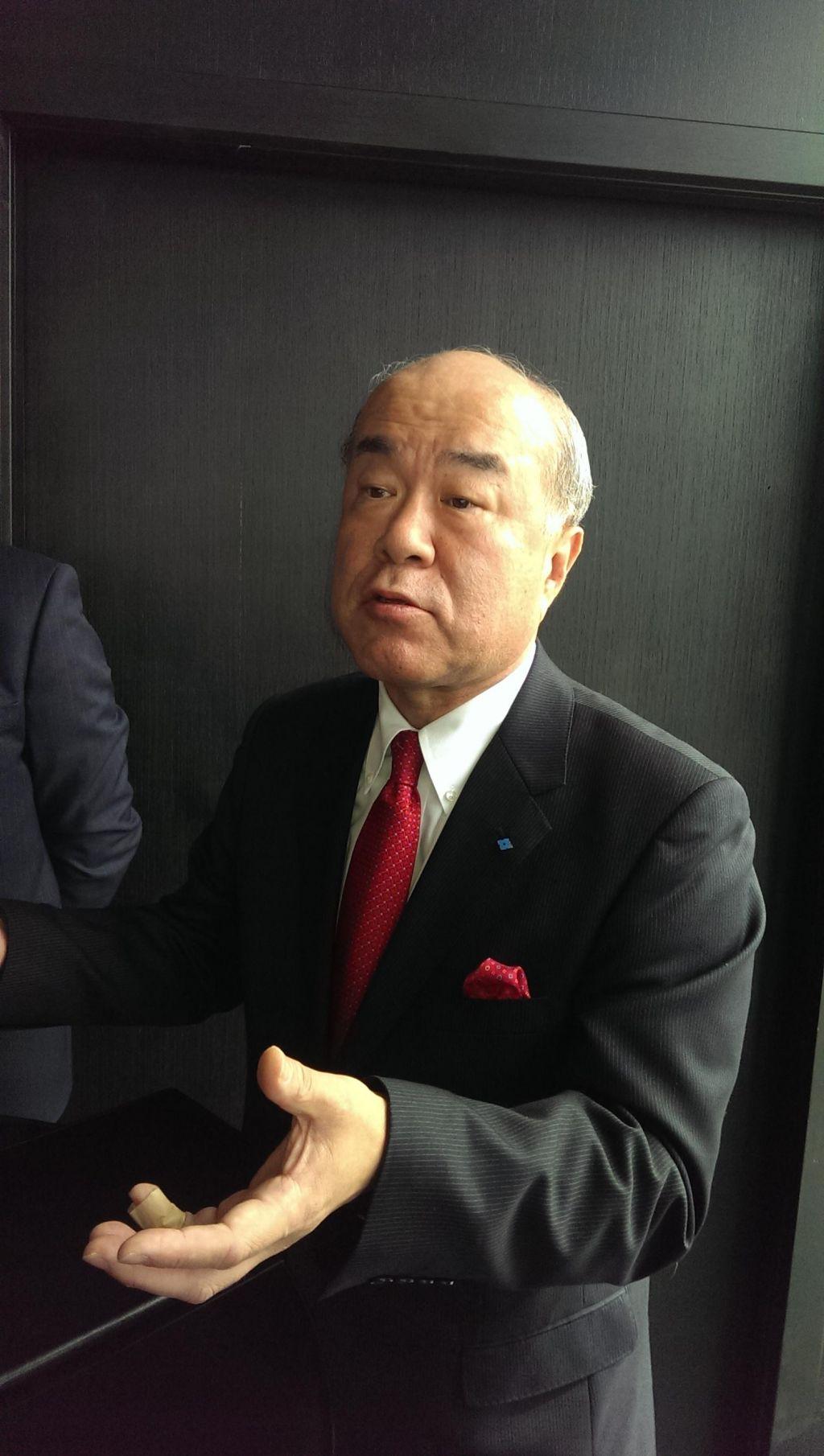 Japonci s pomočjo vlade gladko do papirjev