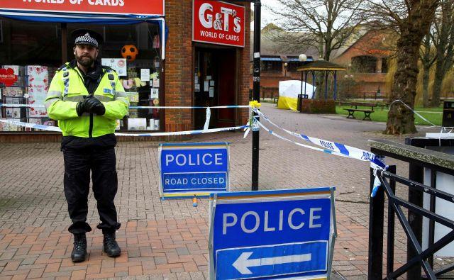 Skripala in njegovo hčer so nezavestna našli na klopi v mestu Salisbury 4. marca. FOTO: Geoff Caddick/AFP