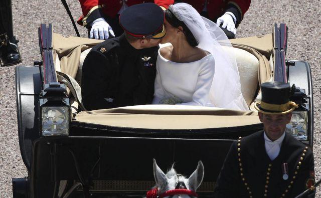 Poljub sta si izmenjala tudi med vožnjo s kočijo po Windsorju. FOTO: Yui Mok/Ap