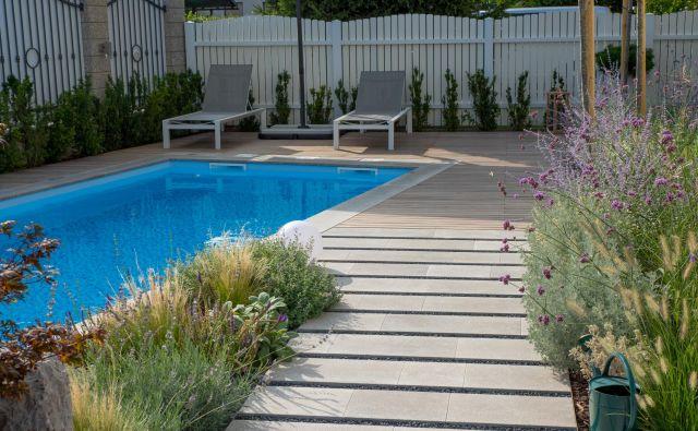 Vrt z bazenom, ki ga predstavljamo tokrat, je zasnovala krajinska arhitektka Sara Peternel. FOTO: Anže Grošelj