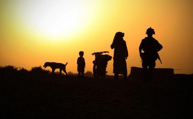 Pes, ljudje in puška. FOTO: Jure Eržen