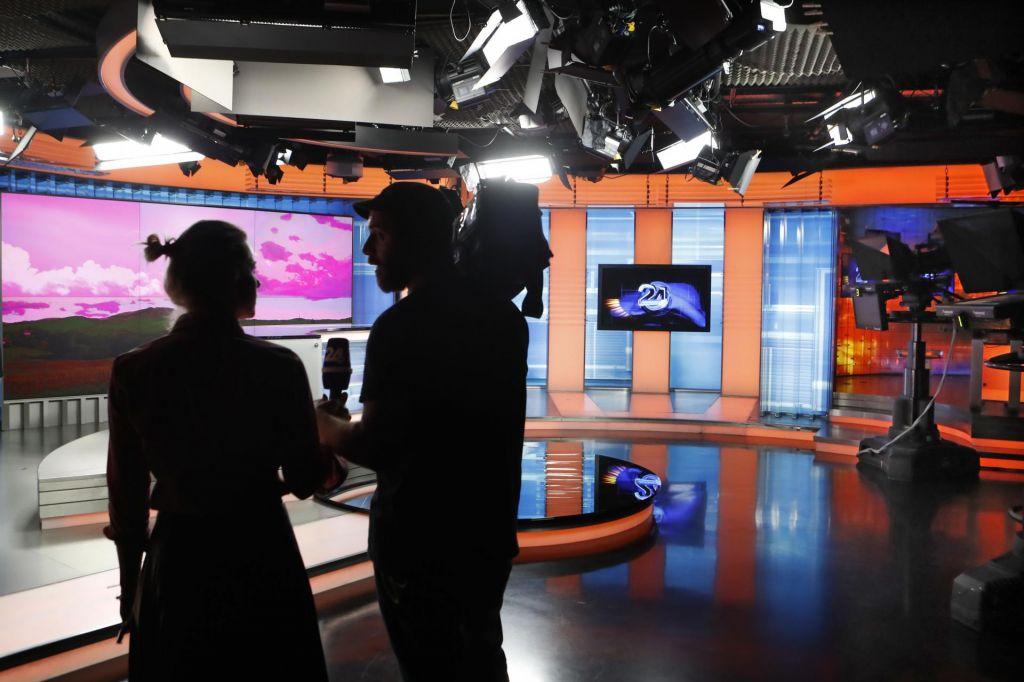Uradniki preučujejo medijski nakup leta, možna tudi tožba