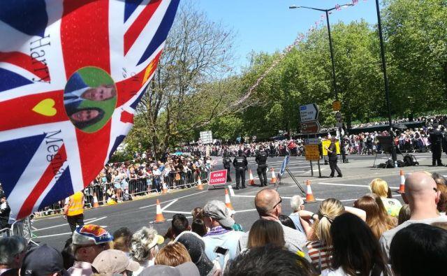 Velika množica v Windsorju je videla kočijo s Harryjem in Meghan. FOTO: Mitja Felc