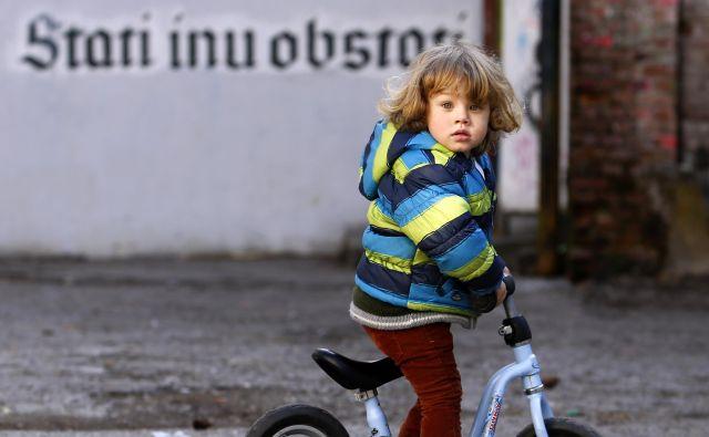 Ko stopi na ulico, ko se vključi v skupino otrok v vrtcu ali šolskem razredu, zakoraka v javnost. FOTO Matej Družnik/Delo