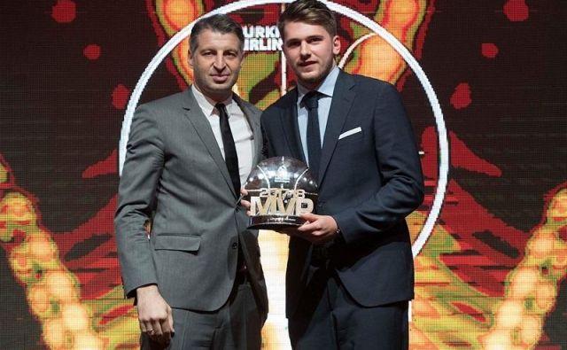 Luka Dončić je nagrado prejel iz rok legendarnega Theodoroasa Papaloukasa. FOTO: Evroliga