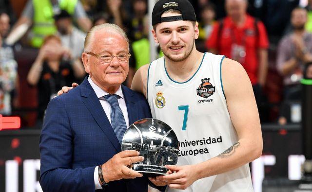 Luka Dončić je nagrado prejel iz rok legendarnega trenerja Dušana Ivkovića. FOTO: AFP