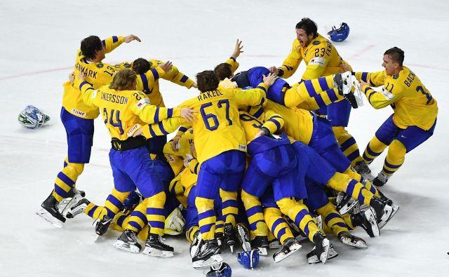 Švedi so se tako veselili 11. naslova svetovnih prvakov v hokeju.<br /> FOTO AFP