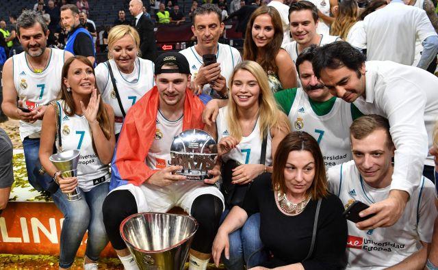 Luka Dončić je proslavljal z družino. FOTO: Andrej Isakovic/AFP