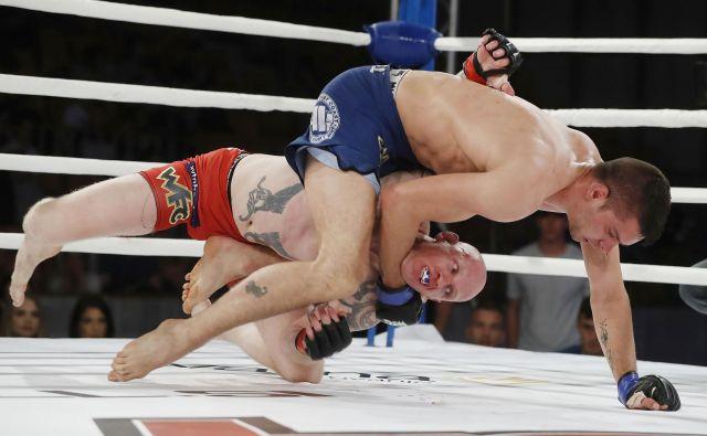 V slovenskem obračunu večera je Marko Vardjanpo hudem boju v tretji rundi z davljenjem prisilil k vdaji za mnoge favoriziranega Bojana Kosednarja.Foto Leon Vidic/Delo
