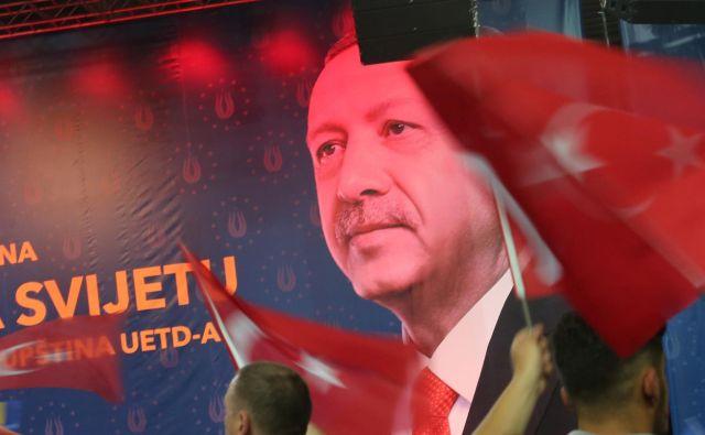 Erdogan je zbrane pozval, naj varujejo svoja vero in jezik:»Če to izgubite, boste izgubili sebe«. FOTO: Tomi Lombar/Delo