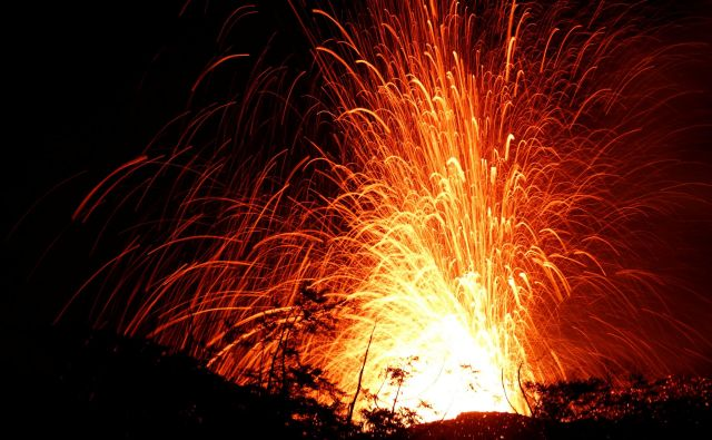 Izbruh lave iz ene izmed lukenj v zemlji. FOTO: Terray Sylvester/Reuters