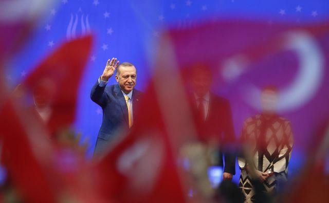 Erdogan je pozval Turke, ki so se izselili v Evropo, naj se ne odpovedo svoji identiteti. FOTO: Dado Ruvic/Reuters