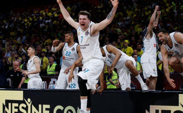 Luka Dončić med proslavljanjem naslova prvaka. FOTO: Alkis Konstantinidis/Reuters
