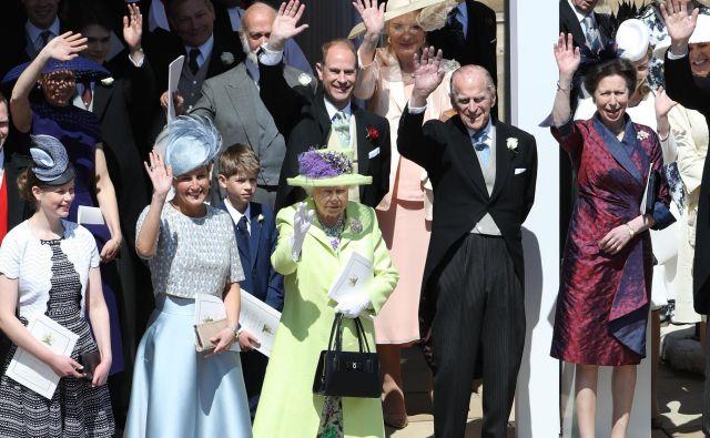 Pomahali so vsem, ki si poročnega obreda niso mogli ogledati iz prve vrste FOTO: Andrew Milligan/AFP