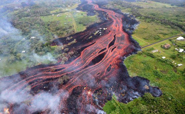 Vulkan Kilauea na Havajih je še naprej aktiven. Lava, ki se vali iz vulkana, je povzročila prvo resnejšo poškodobo.Možnost, da bi lava dosegla ocean, pa predstavlja grožnjo, da se bodo v zrak izpustili strupeni plini v oblaku, ki lahko povzroči težave z dihanjem ter poškoduje kožo in oči.FOTO: Handout/Afp