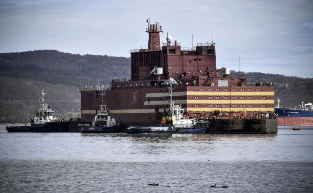 Plavajočo nuklearko Akademik Lomonosov so vlačilci v soboto odvlekli iz ruskega mesta Sankt Peterburga na leto dni dolgo pot proti Murmansku. Foto AFP