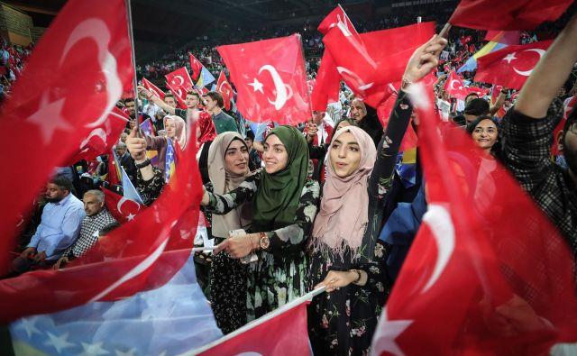 Zbrani v dvorani Zetra so ob mahanju s turškimi zastavami, peli pesmi in ponavljali Erdoganovo ime, manjše skupine pa so pele Erdogan, sultan. FOTO: Oliver Bunic/Afp