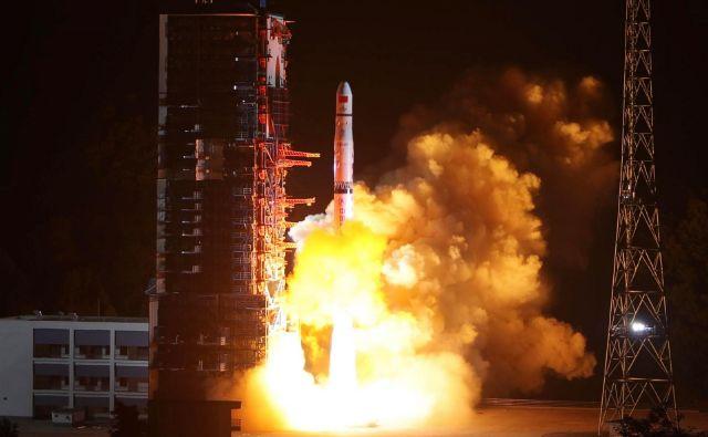 Satelit, poimenovan Queqiao, je v vesolje poletel z izstrelitvenega centra Xichang na jugozahodu Kitajske. FOTO: Afp