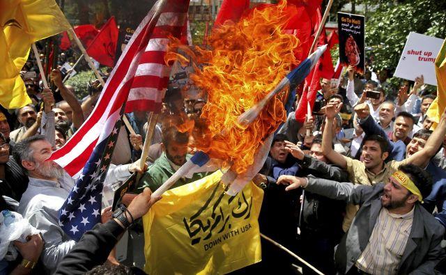 Iran se je ostro odzval na ameriški umik iz jedrskega sporazuma. FOTO: Ebrahim Noroozi/AP