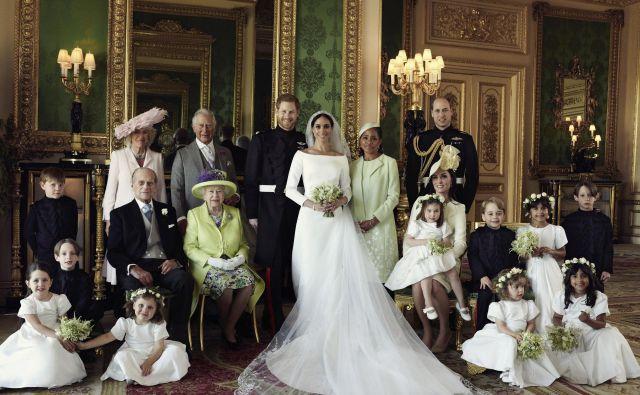 Na fotografiji so poleg Harry in Meghan še Jasper Dyer, Camilla, princ Charles, Doria Ragland, princ William, Brian Mulroney, princ Filip, kraljica Elizabeth II., Kate Middleton s princeso Charlotte v naročju, princ George, Rylan Litt, John Mulroney, Ivy Mulroney, Florence van Cutsem, Zalie Warren in Remi Litt. FOTO: Alexi Lubomirski/Ap