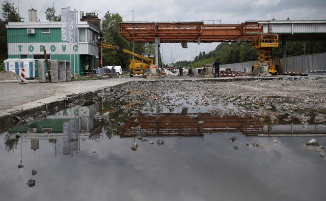 Demontaž�a cestninske postaje Torovo 15. maja 2018. FOTO: Blaž� Samec/Delo