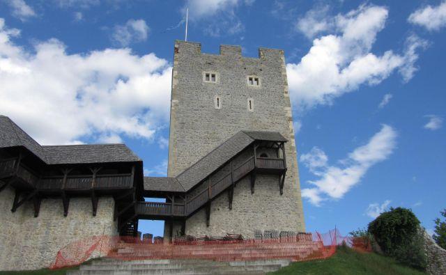 Na občini napovedujejo, da bo obzidje stolpa sanirano v dveh mesecih. FOTO: Špela Kuralt