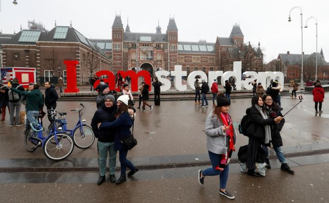 V okviru novega načrta za uravnoteženje vpliva turizma je koalicija štirih strank v mestnem svetu sklenila, da bo omejila priljubljene turistične aktivnosti, kot so ture s pivskimi kolesi in pijančevanje na ladjicah, zvišala turistično takso na sedem odstotkov ter omejila število hotelskih sob. FOTO: Yves Herman/Reuters