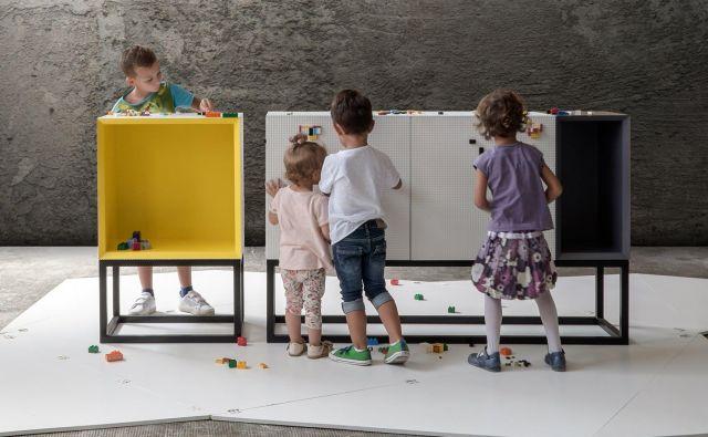 Kolekcija pohištva z imenom Stüda ima površino posuto s čepki, na katere se lahko pritrjujejo lego kocke. FOTO: arhiv podjetja Moow