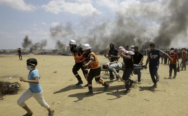 Krvavi protesti palestinskih upornikov z izraelskimi oblastmi na meji z Gazo pred odprtjem ameriškega veleposlaništva v Jeruzalemu. FOTO: Adel Hana/Ap