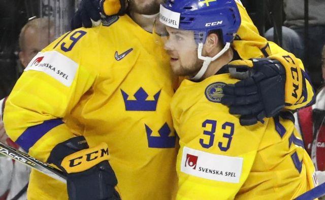 Filip Forsberg (levo), eden od 20 švedskih reprezentantov iz NHL, je zabil gol za zmago po kazenskih strelih na finalni tekmi s Švicarji. Foto Reuters