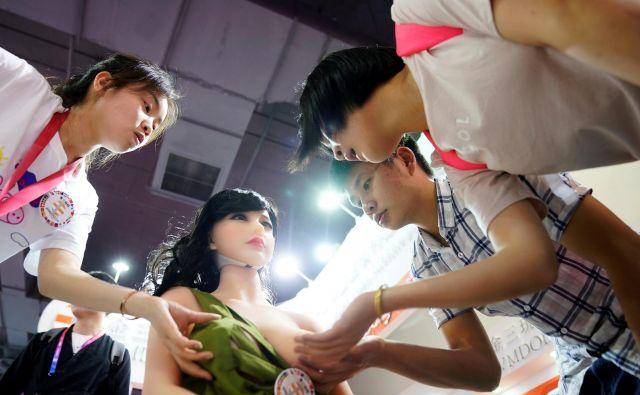 Utrinek iz sejma kitajskih igrač za odrasle, ki te dni poteka v Šanghaju. FOTO: Aly Song/Reuters