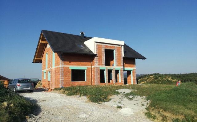 Končno imamo streho. Zdaj bomo delali samo še na suhem. FOTO: Andrej Jager