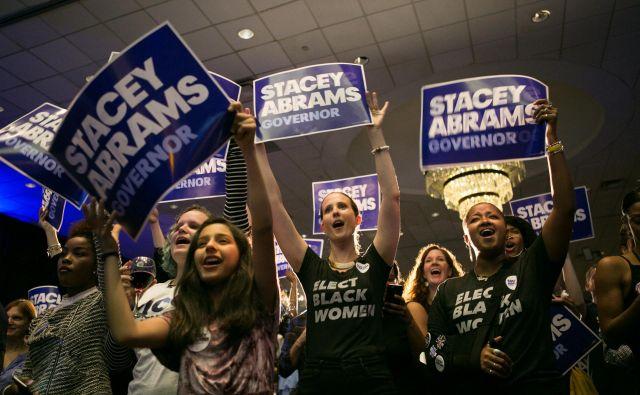 Na fotografiji provrženci Adamsove, ki je napovedala, da se ne namerava dobrikati belemu podeželju, temveč bo nagovarjala predvsem mlade in nebele Georgijce, ki zavzemajo vse večji delež prebivalcev. FOTO: Jessica Mcgowan/AFP