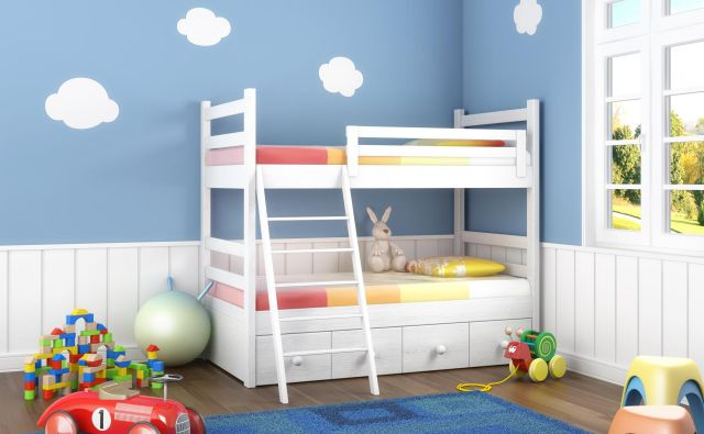 Če si sobo delita dva otroka, je pogosta rešitev pograd, zlasti če smo omejeni s površino prostora. FOTO: Shutterstock