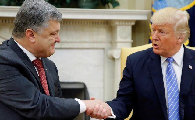 Petro Porošenko in Donald Trump sta se srečala junija lani. FOTO: Jonathan Ernst/Reuters