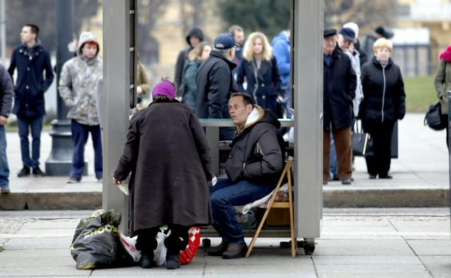 Iz evropske komisije opzarjajo, da se je tveganje revščine in socialne izključenosti znižalo, a ostaja višje od povprečja v EU. FOTO: Roman Šipić
