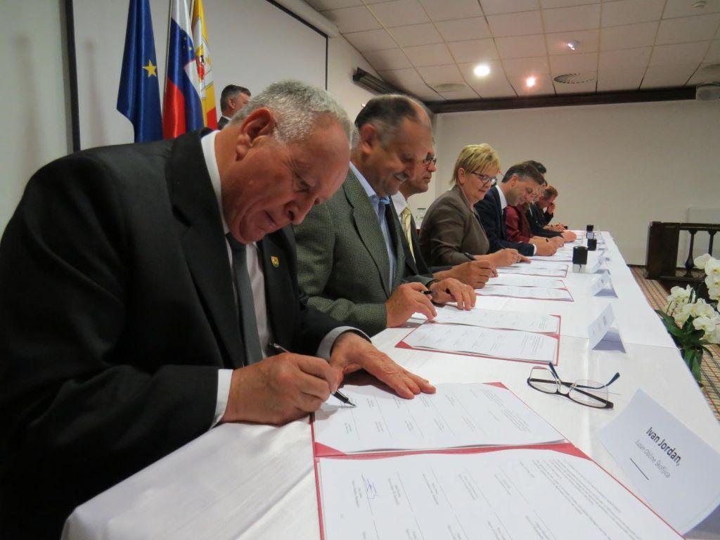 FOTO:Župani državo spomnili na dotrajane tire