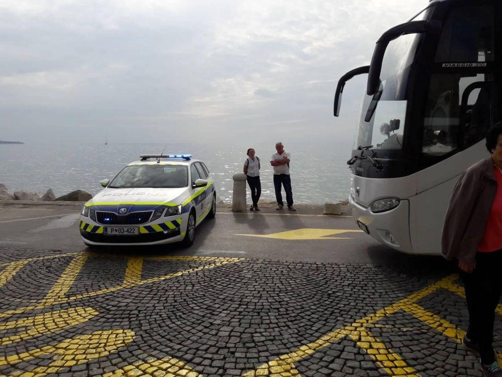 Voznik avtobusa peško stisnil ob zid