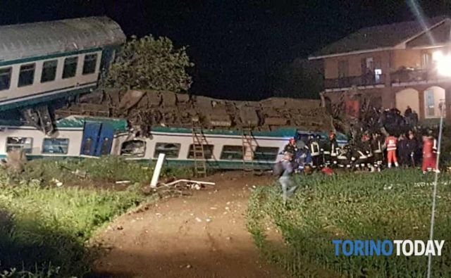 Poleg lokomotive sta se iztirila še dva vagona. FOTO: AP