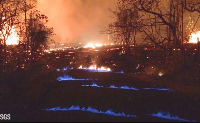 Na nočnih fotografijah, ki so jih v včeraj objavili ameriški geologi, modri plameni gorijo iz razpok v tlaku v soseski Leilani Estates, kjer že zadnje tri tedne bruha vulkan. FOTO: AP