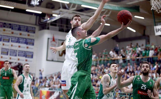 Organizatorja igre Jan Špan (z žogo) in Paolo Marinelli (ob njem) sta bila v glavnih vlogah tudi v Novem mestu