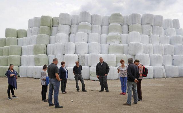 Gore stisnjenih in v plastično folijo zavitih odpadkov, ki jih je podjetje Publicus navozilo v neposredno bliž�ino vasi �Študa in Mala Loka. FOTO: Leon Vidic