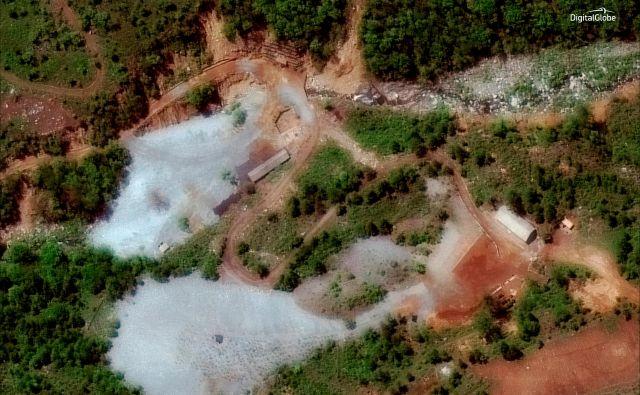 Z »velikansko eksplozijo« je bilo v četrtek uničeno jedrsko oporišče Pungje Ri. FOTO: Digitalglobe/Reuters