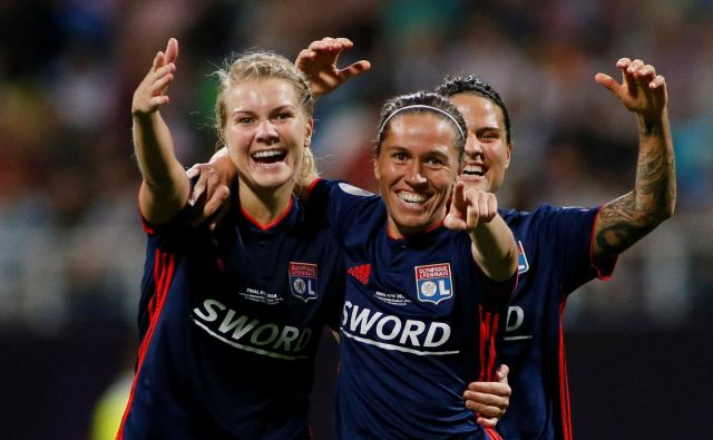 Nogometašice Lyona so se zasluženo veselile naslova. FOTO: Valentyn Ogirenko/Reuters