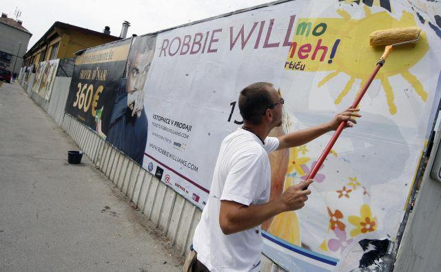 Čeprav se je oglaševanje po vsem svetu že spremenilo v pravo kugo in je zunanje plakatiranje v naših malih merilih še posebno obremenjujoče, vse to, kot kaže, večine Slovencev še ne moti. FOTO: Mavric Pivk