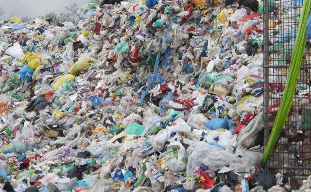Vsak mesec novih 500 do 600 ton odpadne embalaže na kupu v Ljubljani. FOTO: Borut Tavčar/Delo